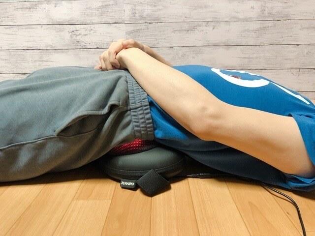 Naipoマッサージクッションは寝ながらも使える